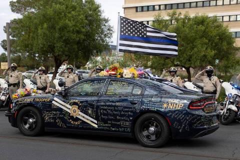 Fuerzas del orden transportan el cuerpo del agente de la Nevada Highway Patrol Micah May en una ...
