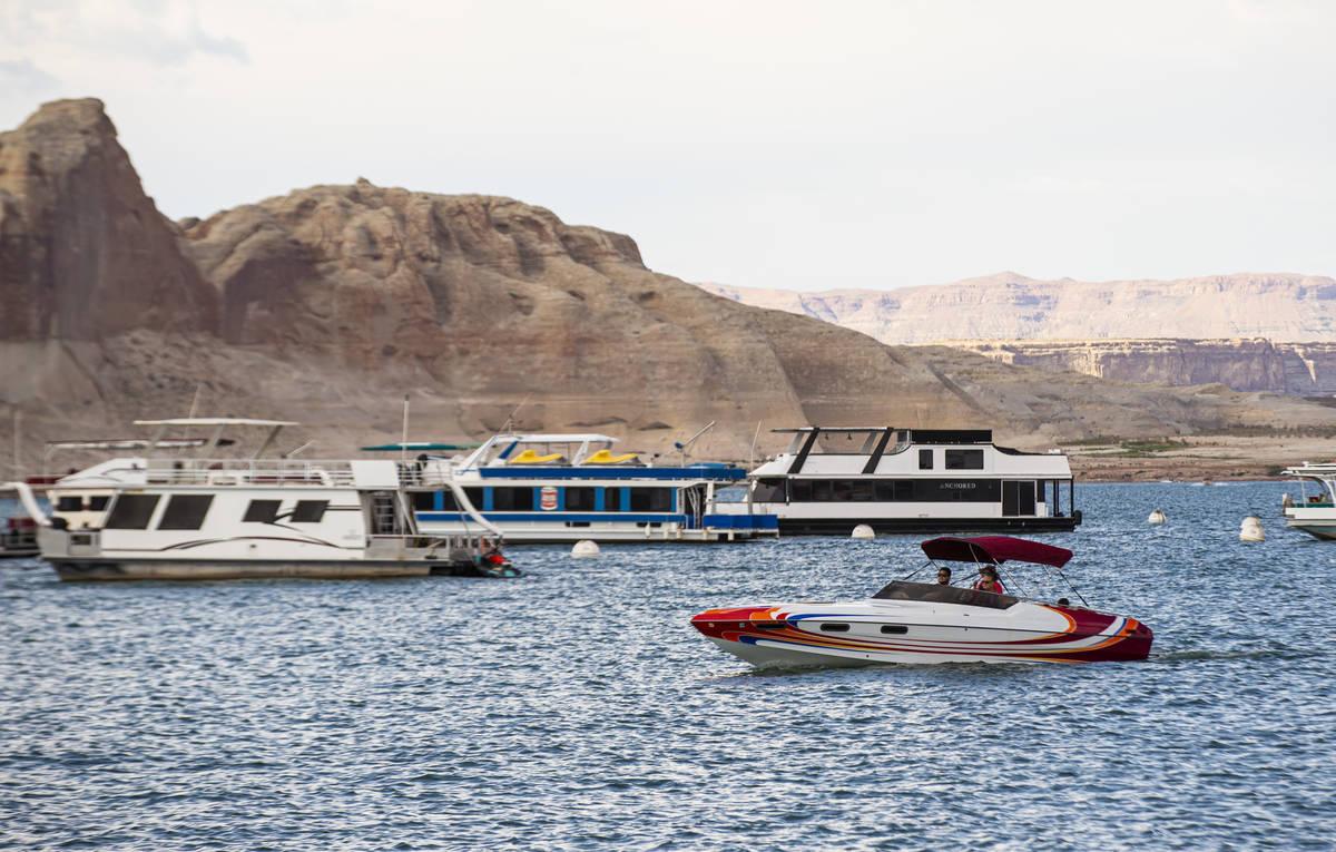 Botes fotografiados cerca del puerto deportivo Wahweap, en el lago Powell, en Glen Canyon Natio ...