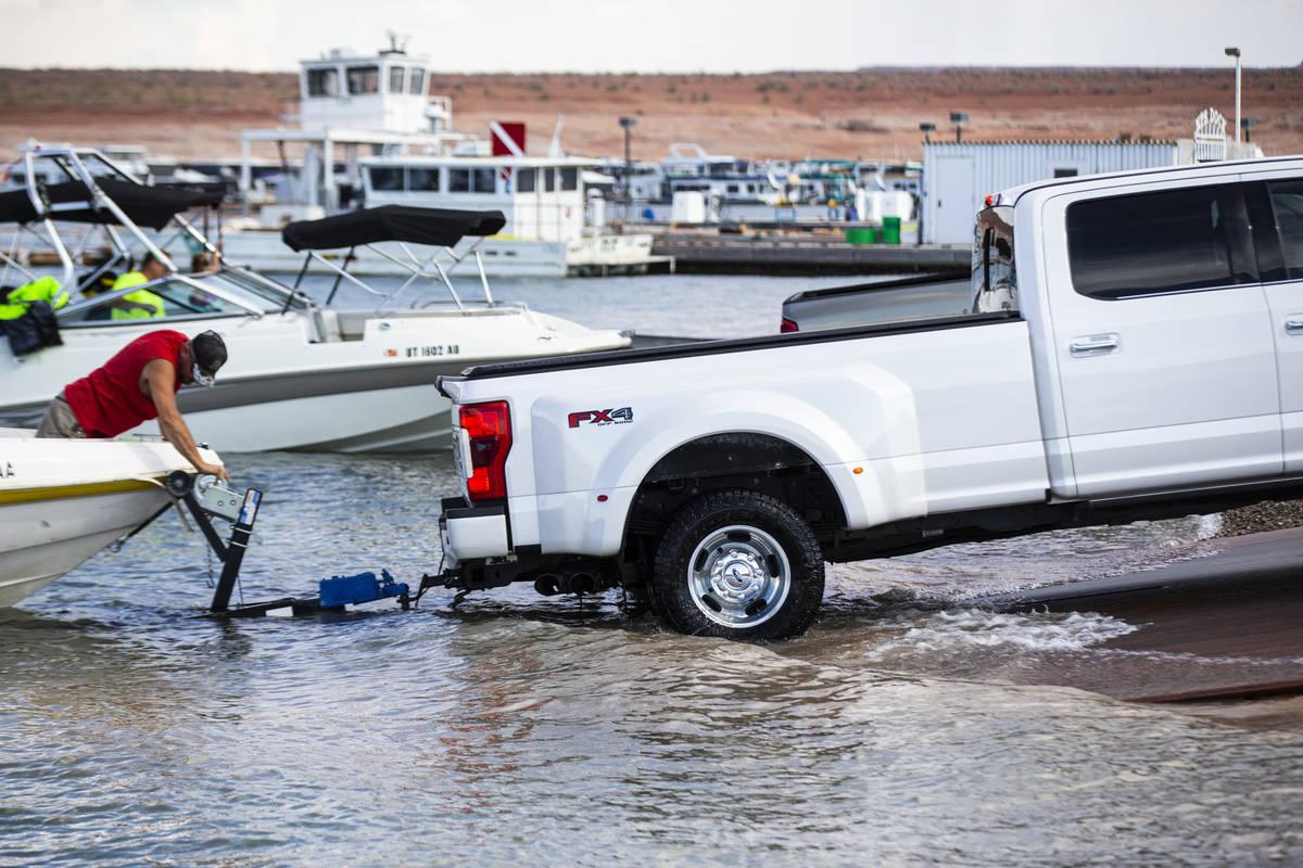 Randy Wendt, de Big Water, Utah, se prepara para sacar su bote del agua en la rampa de lanzamie ...