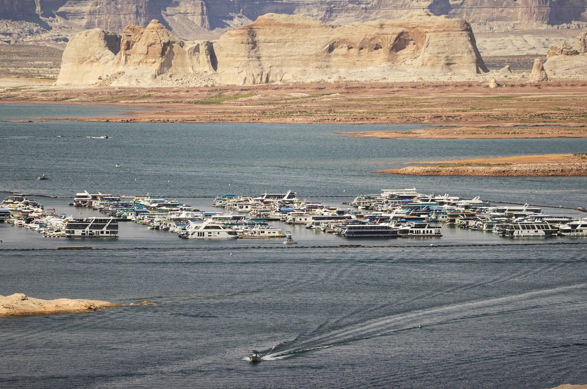 Botes y otras embarcaciones son fotografiados cerca de Wahweap Marina en el lago Powell, en Gle ...