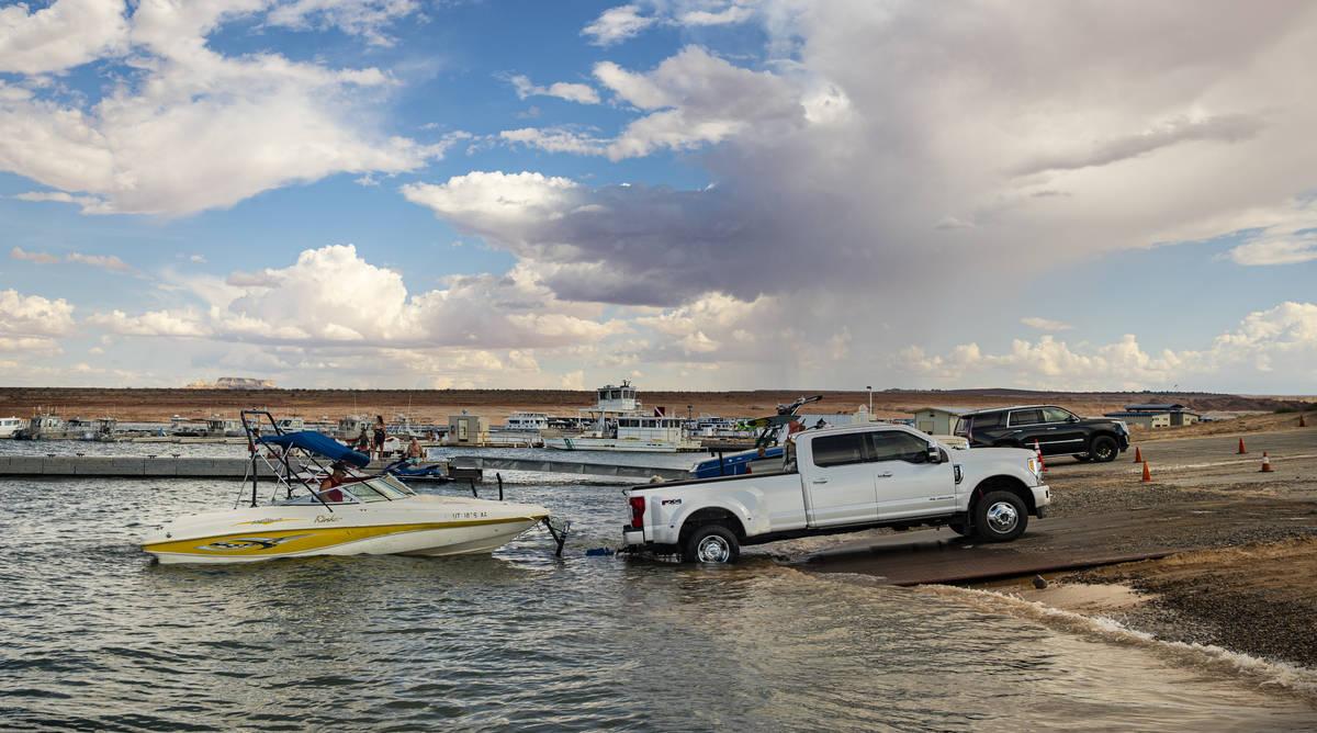 Randy Wendt, de Big Water, Utah, se prepara para sacar su embarcación del agua en la rampa de ...