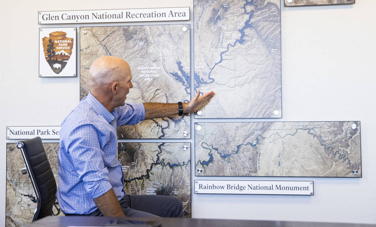 William Shott, superintendente del Glen Canyon National Recreation Area, señala un mapa mientr ...