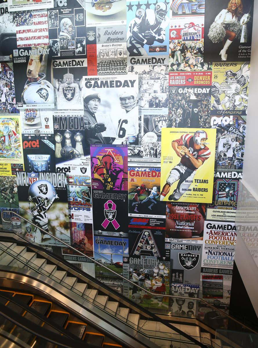 Una pared que se extiende por varios niveles destaca los programas de los Raiders, como se ve d ...