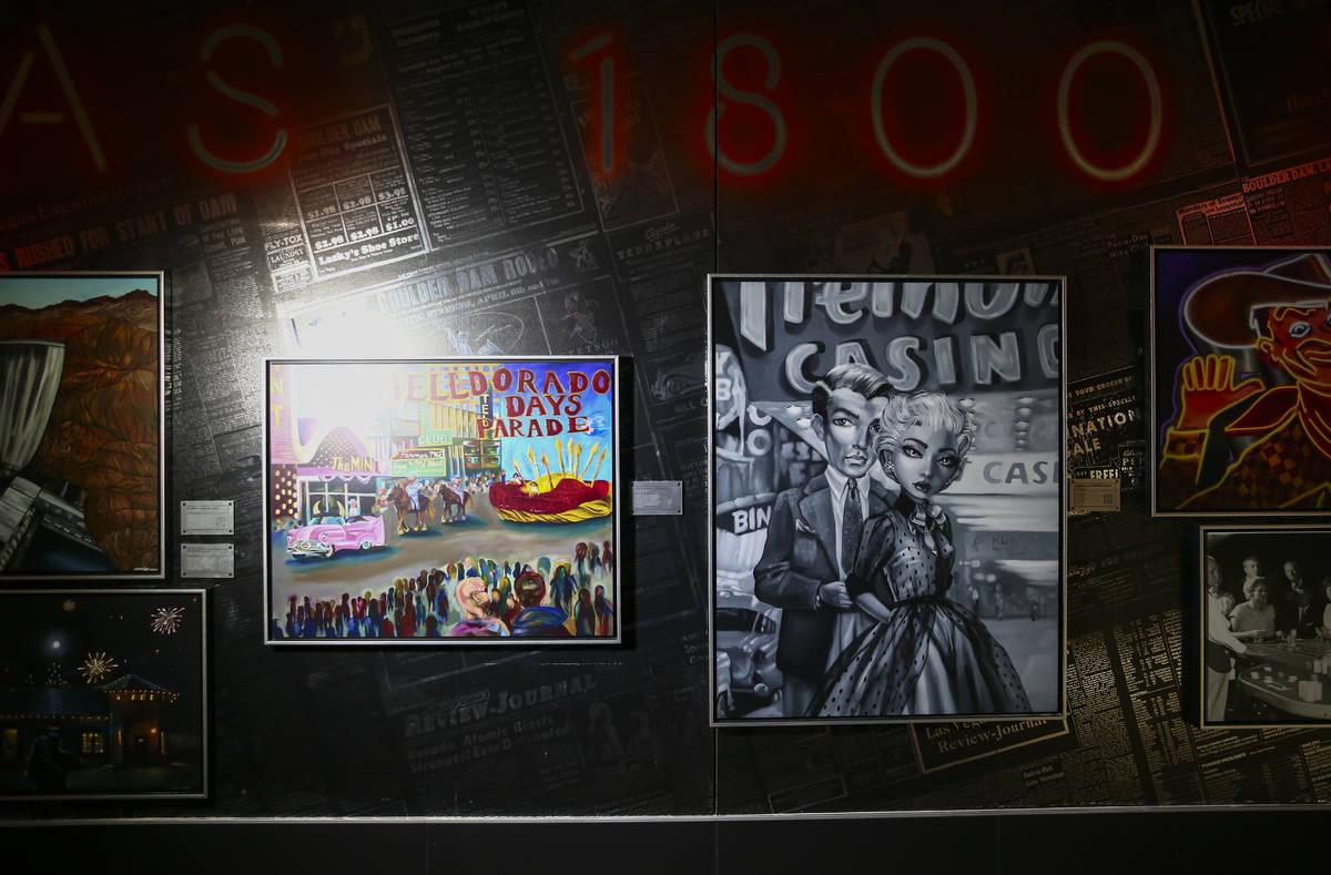 Se ven fotografías históricas, incluido un retrato de Helen J. Stewart, durante un recorrido ...