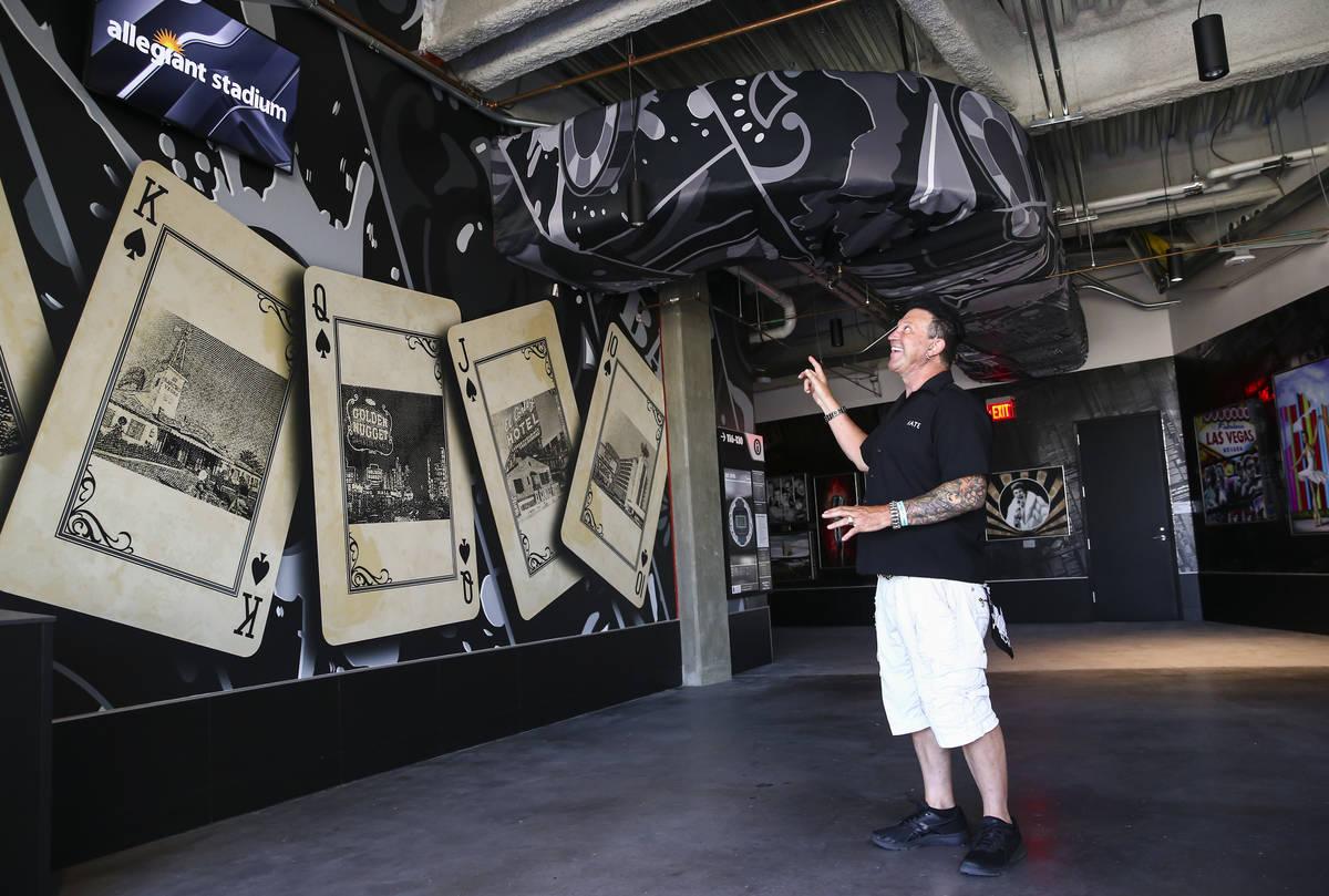 El artista Michael Godard, conservador de la colección de arte del Allegiant Stadium, muestra ...