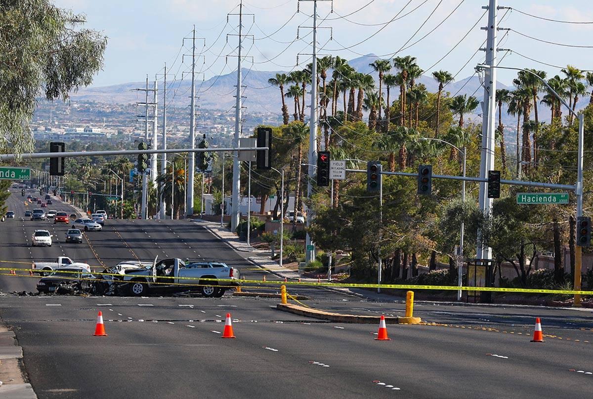 La escena de un accidente automovilístico fatal cerca de Pecos Road y Hacienda Avenue en Las V ...