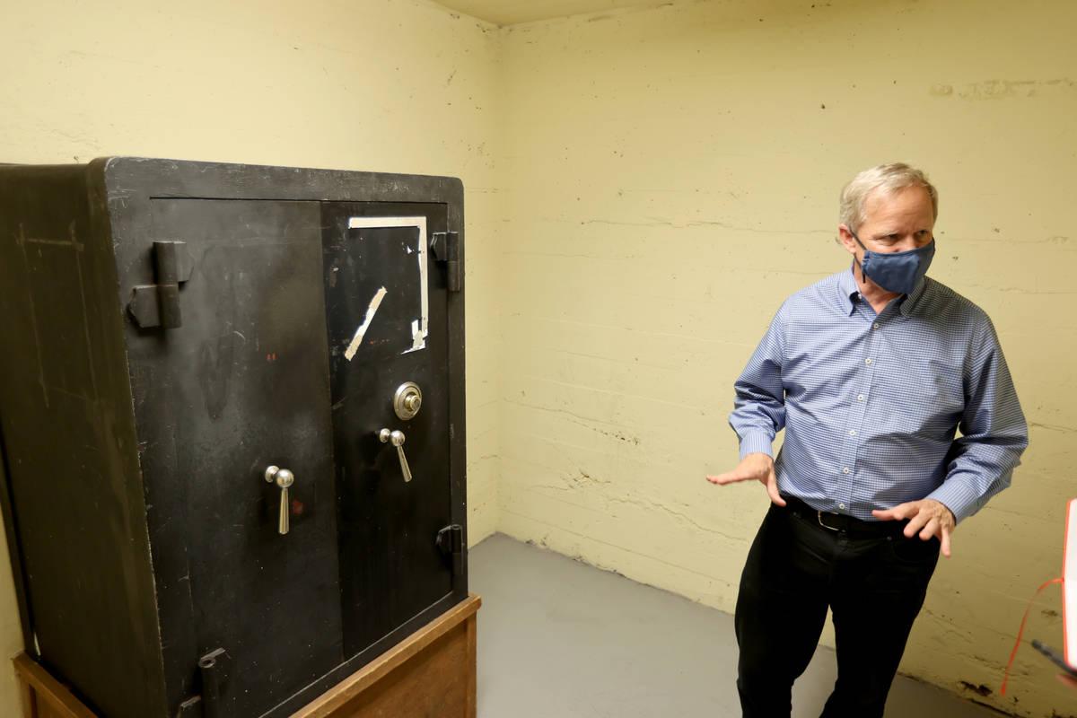 El propietario de Railroad Pass, Joe DeSimone, muestra una caja fuerte en su casino de Henderso ...