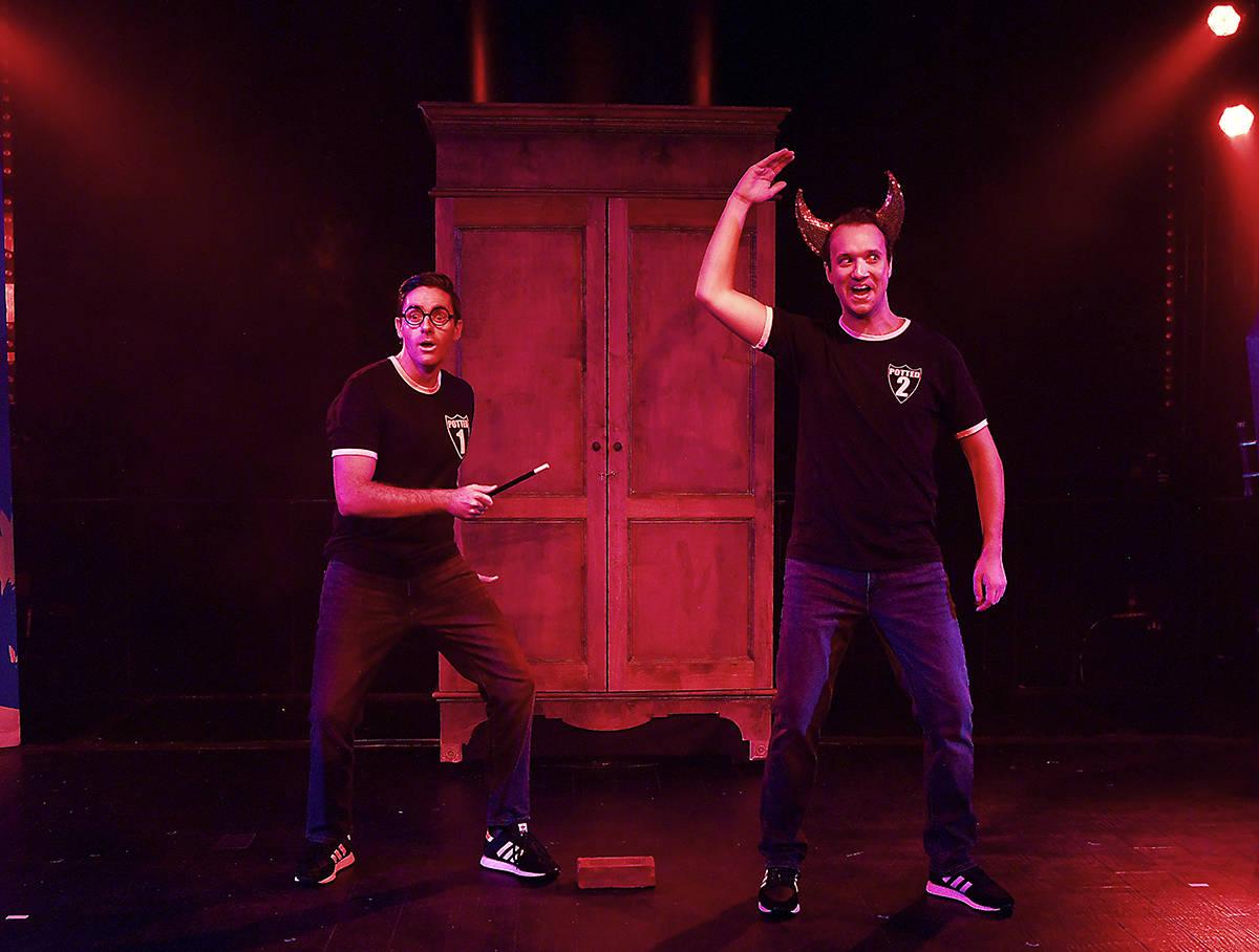 Los jóvenes actores ingleses James Edwards y Nicholas Charles durante su primera presentación ...