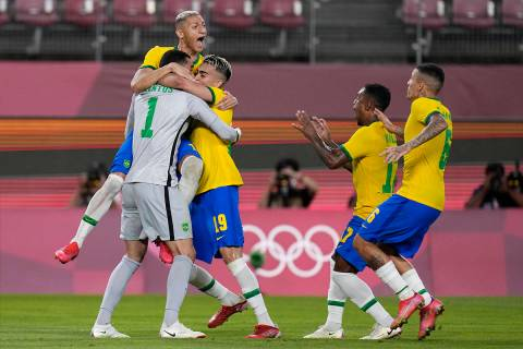 Los jugadores de Brasil celebran después de derrotar a México en una tanda de penales en un p ...