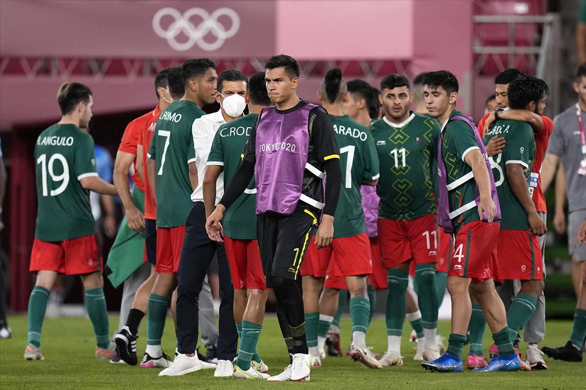 Los jugadores de México reaccionan luego de ser derrotados por Brasil en una tanda de penales ...