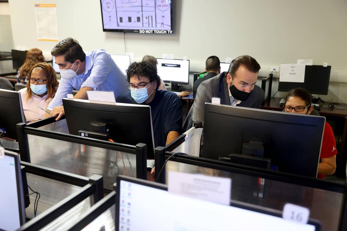 El navegador de carreras Derek Hartman, de pie a la izquierda, ayuda a Melvise Kiley, a la izqu ...