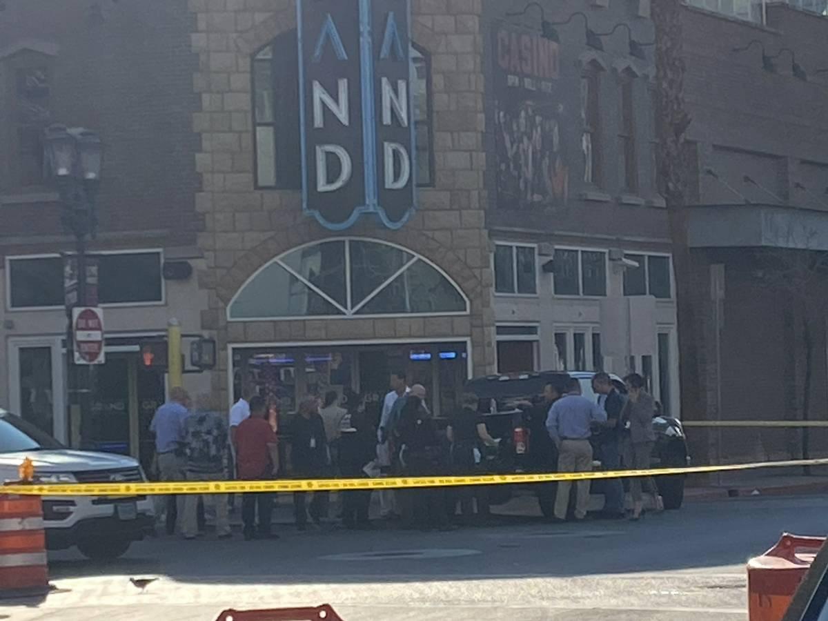 La policía de Las Vegas fue observada frente al Four Queens y tenía una amplia zona de la Fre ...