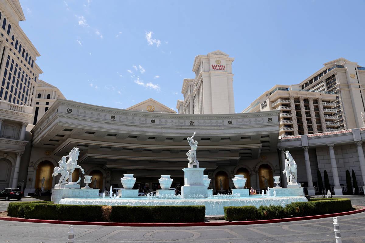 La porte-cochère del Caesars Palace en el Strip de Las Vegas en junio de 2021. (K.M. Cannon/La ...