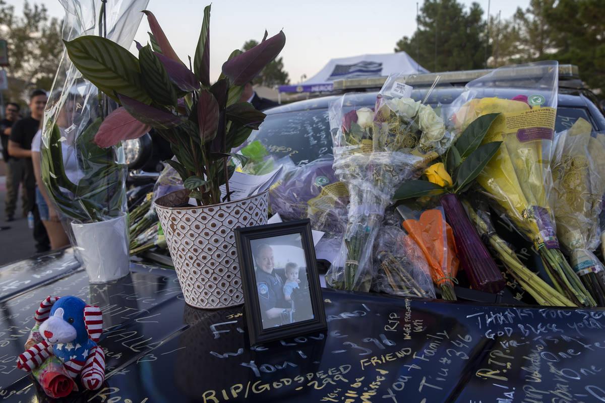 La patrulla del agente de la NHP, Micah May, adornada con fotos, firmas y flores durante una vi ...