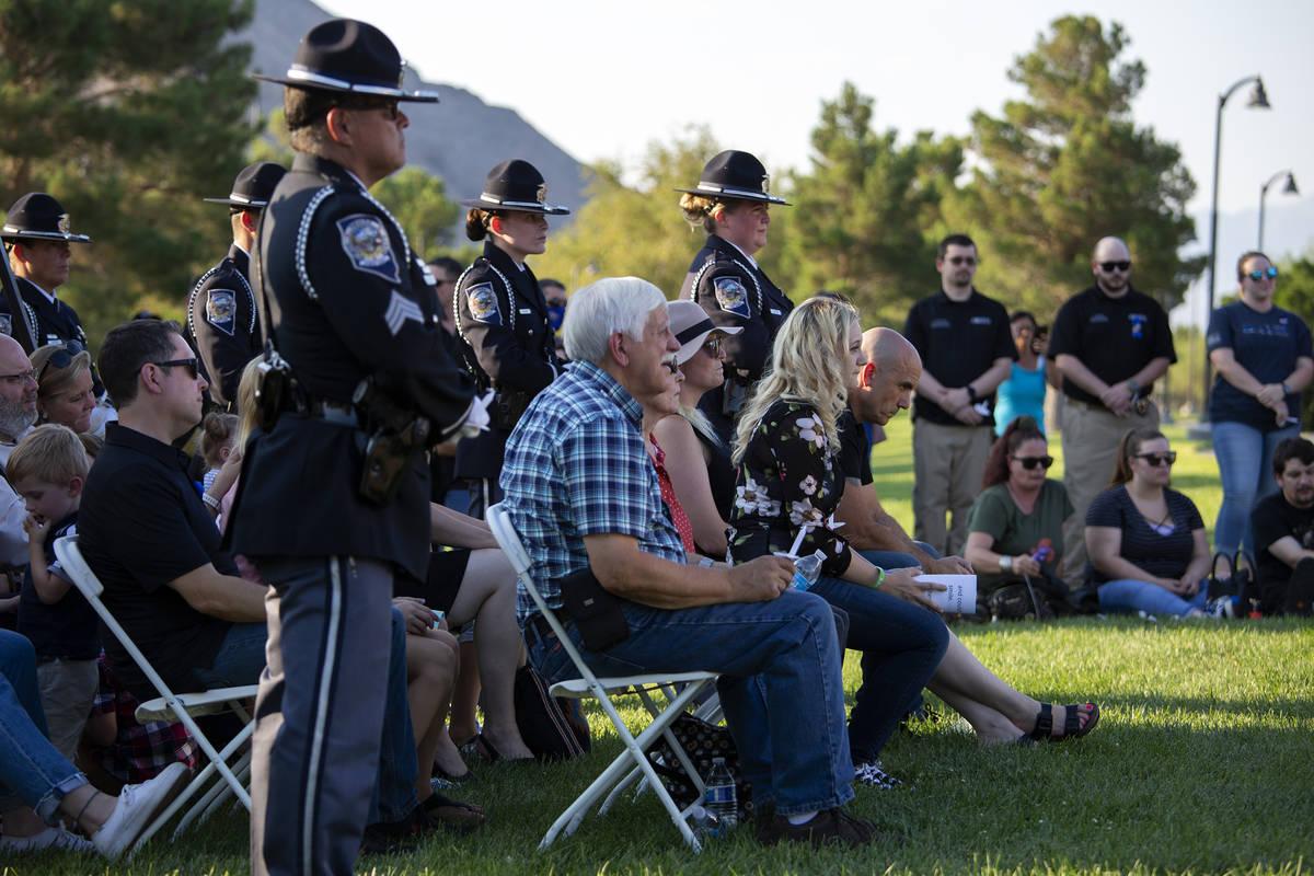 Familiares, amigos y colegas escuchan a los ponentes durante una vigilia por el agente Micah Ma ...