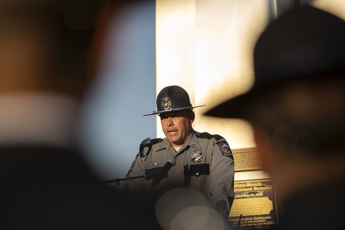 El Mayor de la NHP, Martin Mleczko, habla durante una vigilia para el agente Micah May en el Po ...