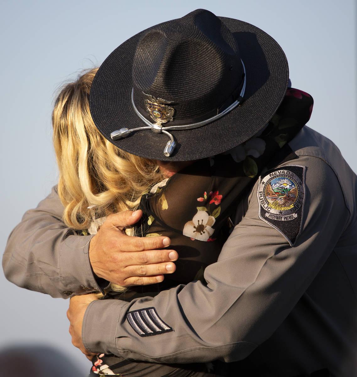 Joanna May abraza al teniente de la NHP Anthony Munoz después de que este hablara durante una ...