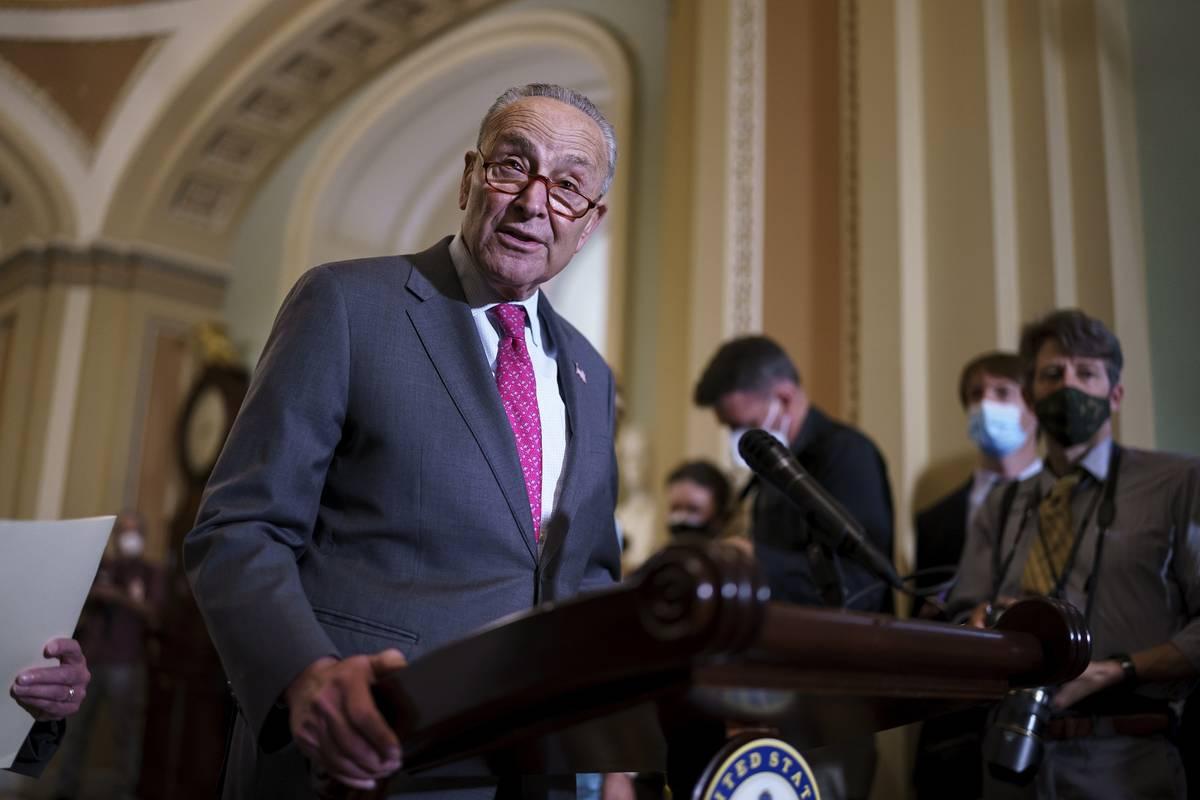El líder de la mayoría del Senado, Chuck Schumer, demócrata por Nueva York, habla con los pe ...