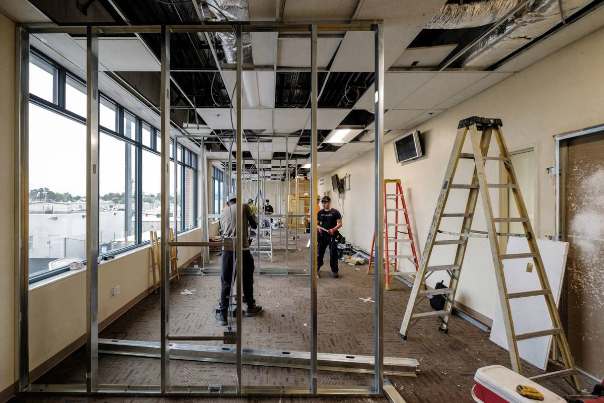 Equipos de construcción trabajan en el Bridge Child and Youth Community Treatment Center, un a ...