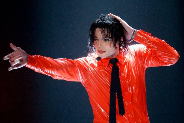 """ARCHIVO.- Michael Jackson interpreta """"Dangerous"""" durante la grabación del show del 50 aniversa ..."""