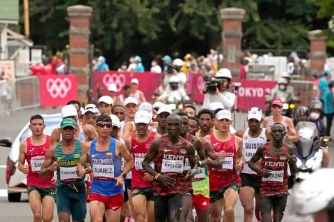 Eliud Kipchoge, de Kenia, celebra después de ganar la medalla de oro en el maratón masculino ...
