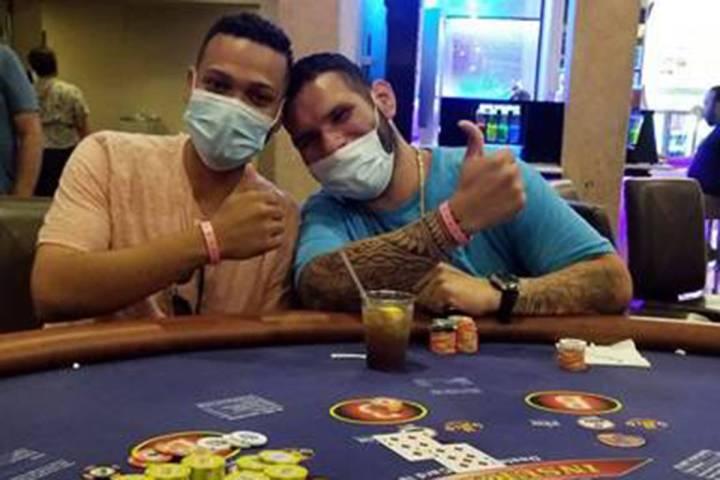 Brian Rodríguez, a la izquierda, celebra con un amigo después de ganar un premio mayor en Bal ...