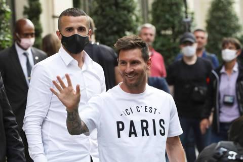 El astro del fútbol argentino, Lionel Messi, saluda a los seguidores cuando llega a su hotel e ...
