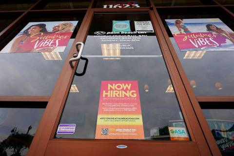 """Un letrero de """"Estamos contratando"""" en un negocio en Richmond, Virginia, el miércoles 2 de j ..."""