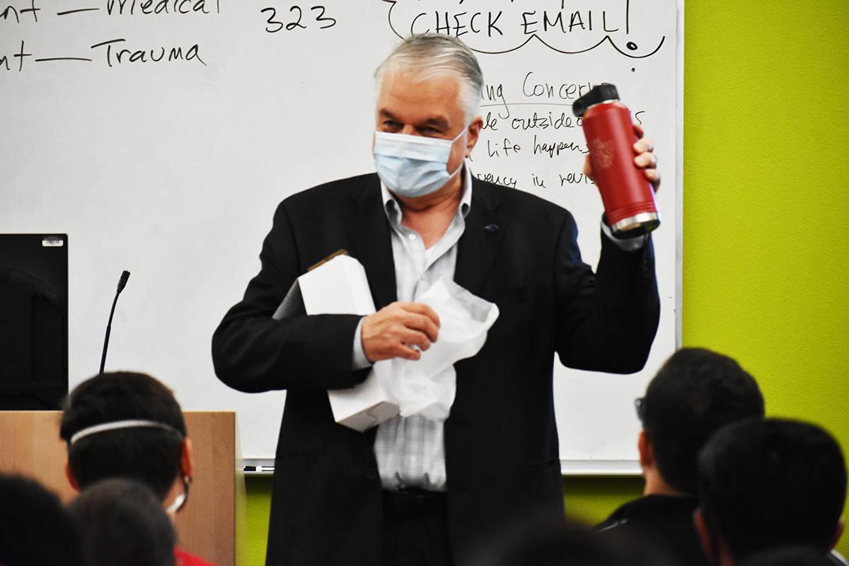 El gobernador Steve Sisolak muestra algunos obsequios recibidos durante su visita a los estudia ...