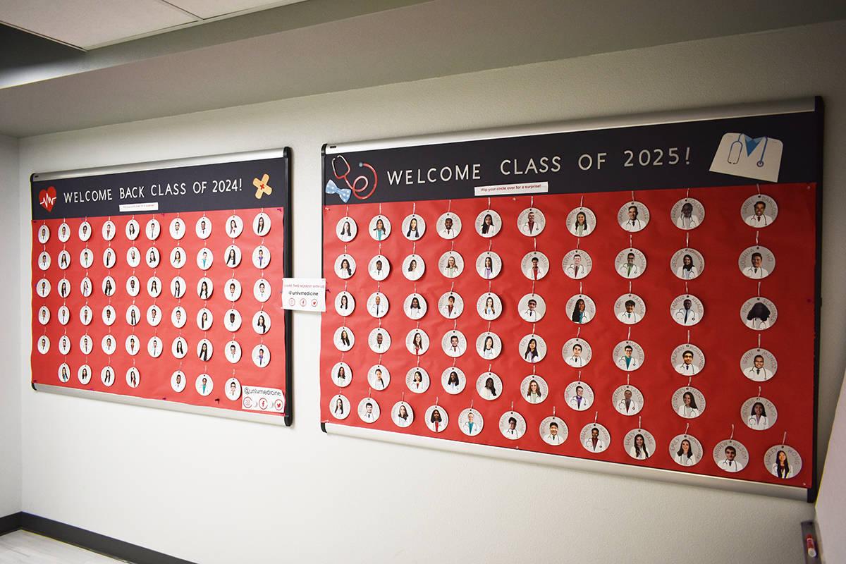 Este mural muestra las fotos de los estudiantes de la Facultad de Medicina de UNLV de las gener ...