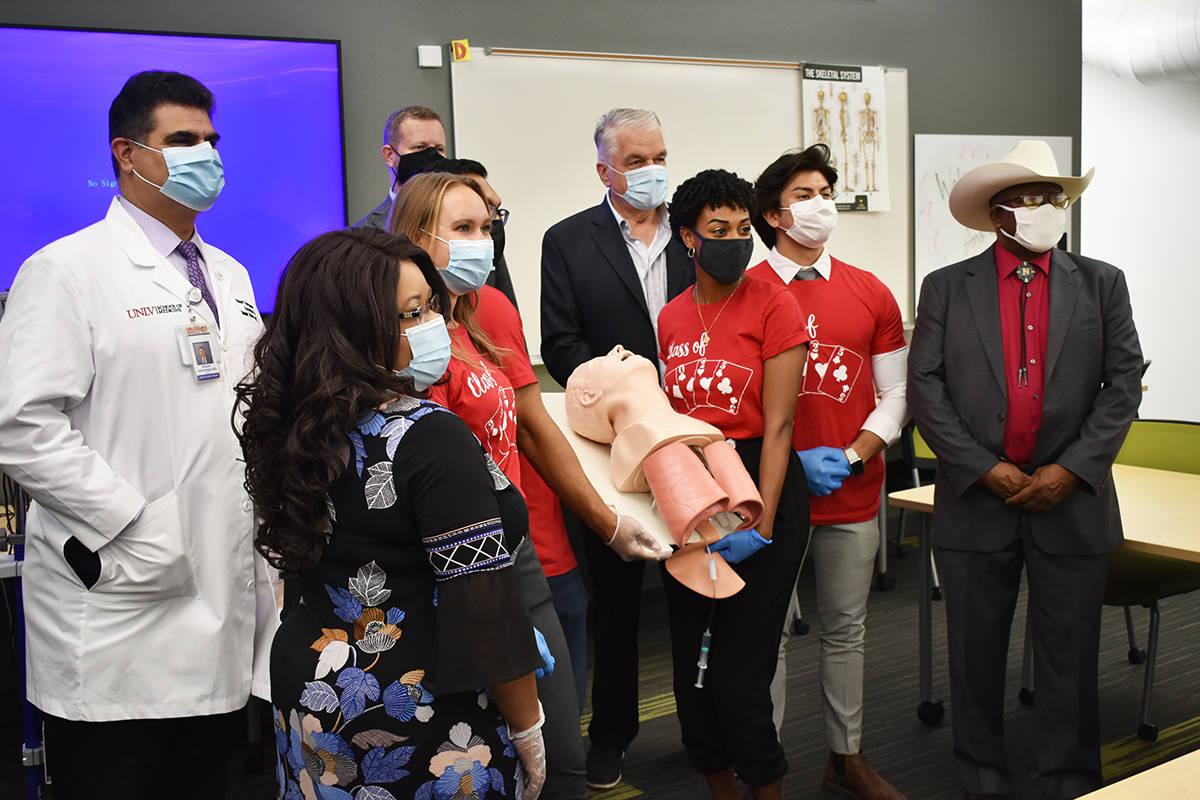Estudiantes de la Facultad de Medicina de UNLV hacen una demostración ante el gobernador Steve ...