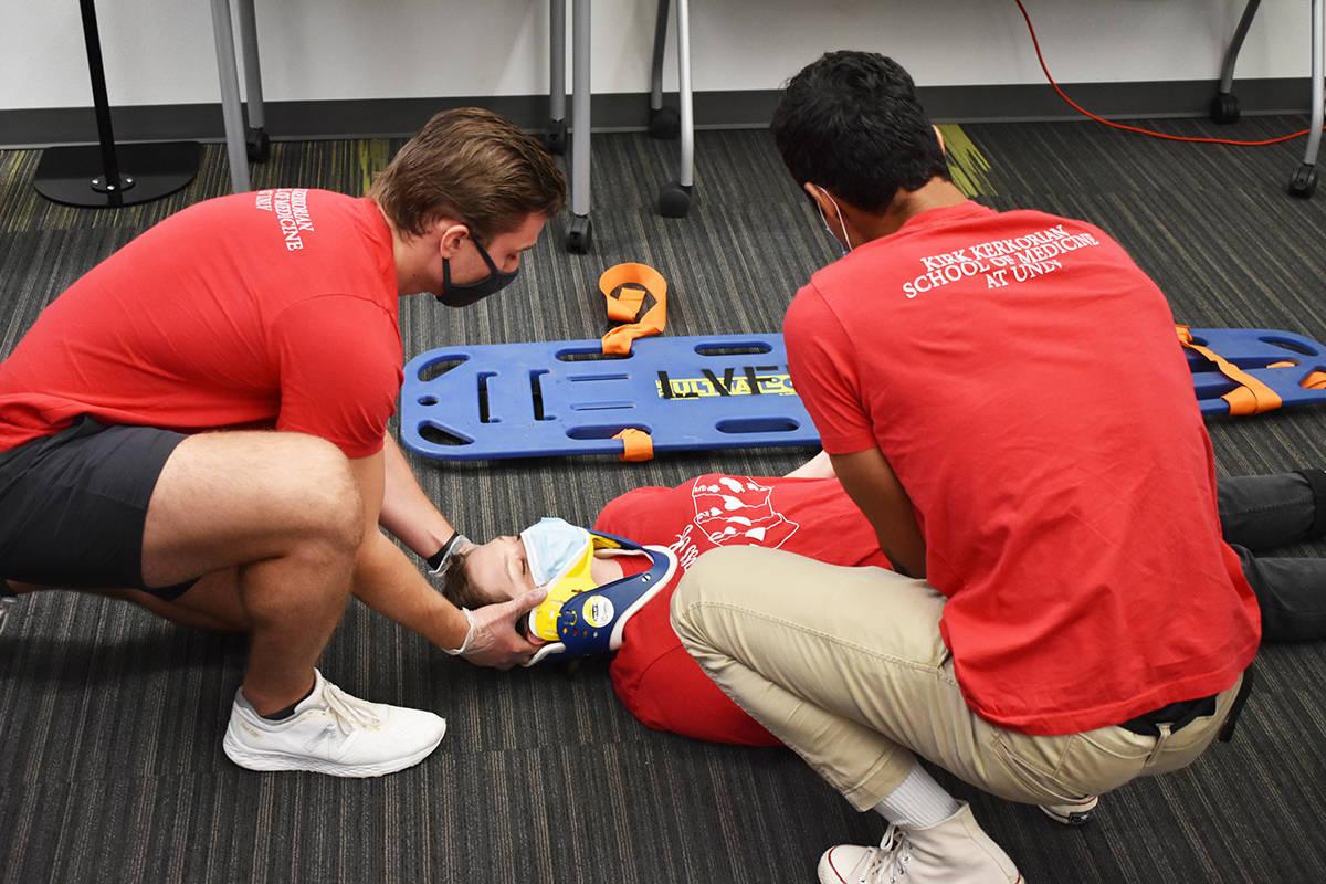 Estudiantes de UNLV simulan una situación emergente como una demostración de primeros auxilio ...