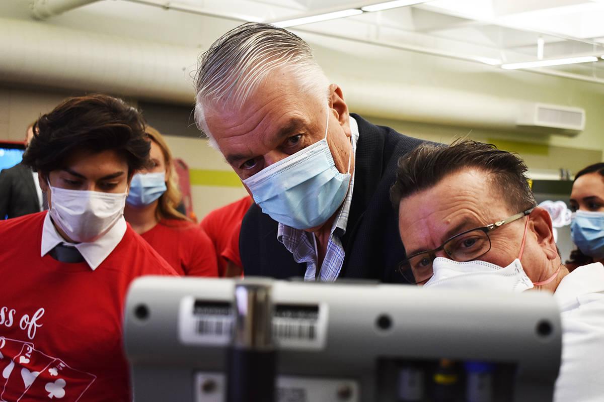 El gobernador Steve Sisolak sigue las instrucciones que le dan los estudiantes de la Facultad d ...