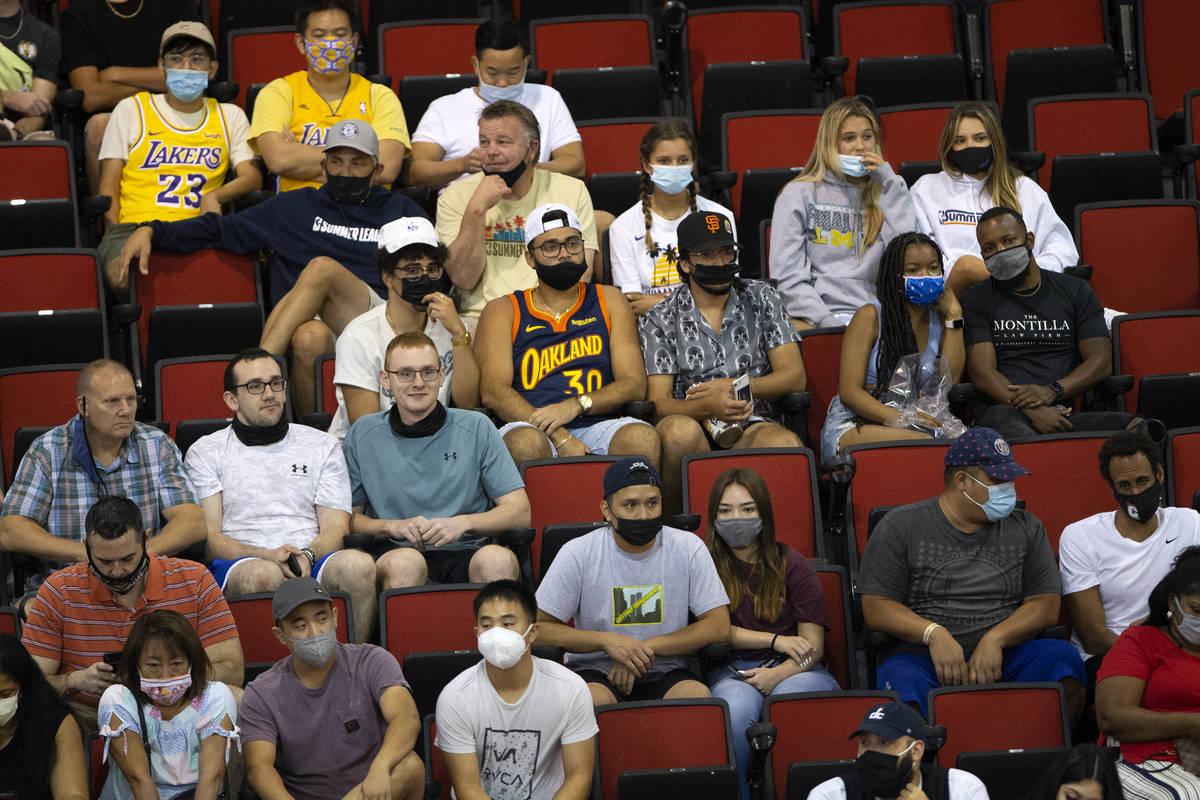 Algunos fans llevan cubrebocas para evitar el contagio del COVID-19 mientras otros se abstienen ...