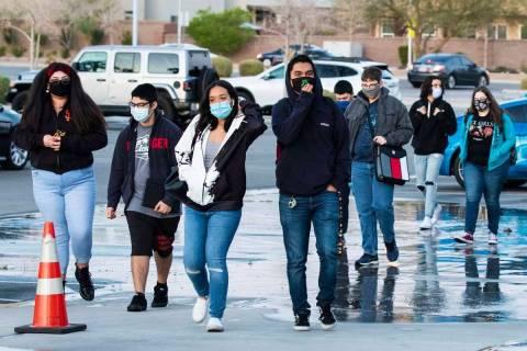 En esta foto de archivo, estudiantes llegan a la Preparatoria Liberty el lunes 22 de marzo de 2 ...