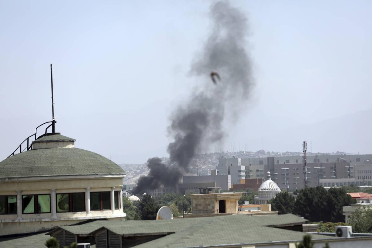 Humo se eleva junto a la Embajada de Estados Unidos en Kabul, Afganistán, el domingo 15 de ago ...