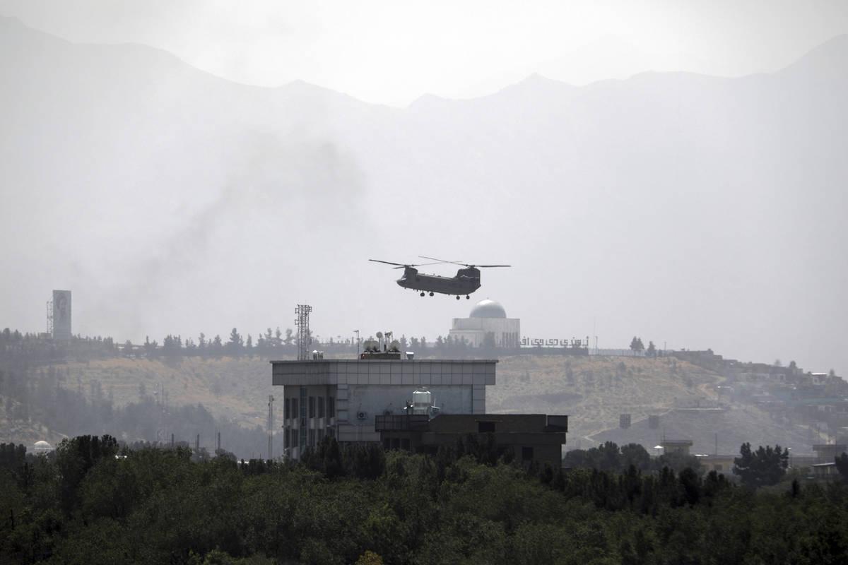 Un helicóptero Chinook estadounidense sobrevuela la embajada de Estados Unidos en Kabul, Afgan ...