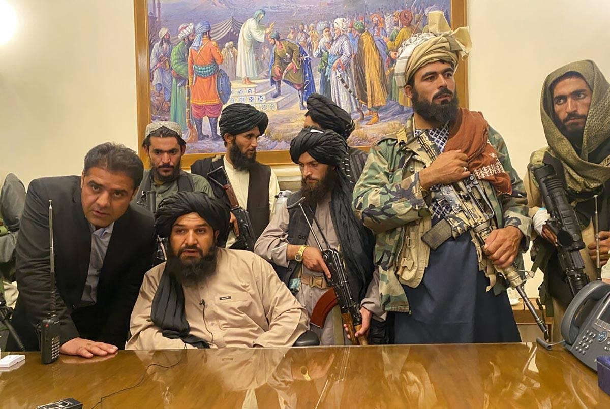 Combatientes talibanes toman el control del palacio presidencial afgano tras la huida del presi ...