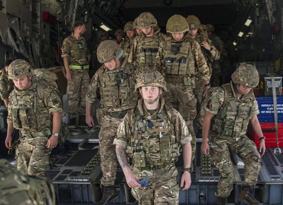 En esta foto facilitada por el Ministerio de Defensa el domingo 15 de agosto de 2021, miembros ...