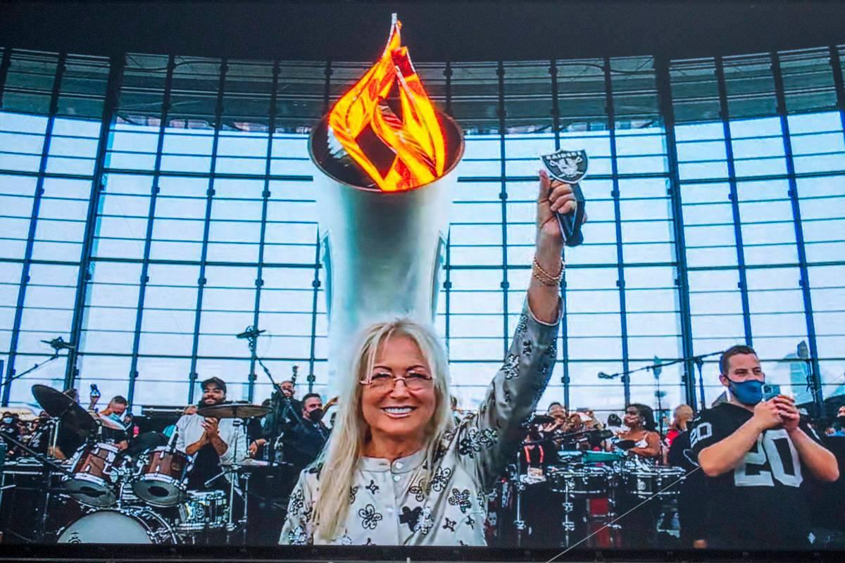 La Dra. Miriam Adelson enciende la llama de la antorcha conmemorativa de Al Davis antes de que ...