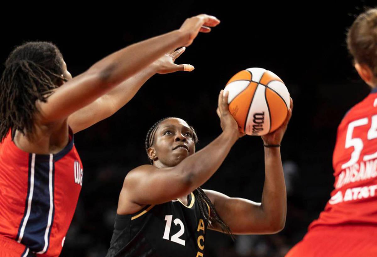 La jugadora de Las Vegas Aces, Chelsea Gray (12), dispara sobre la delantera de Washington Myst ...