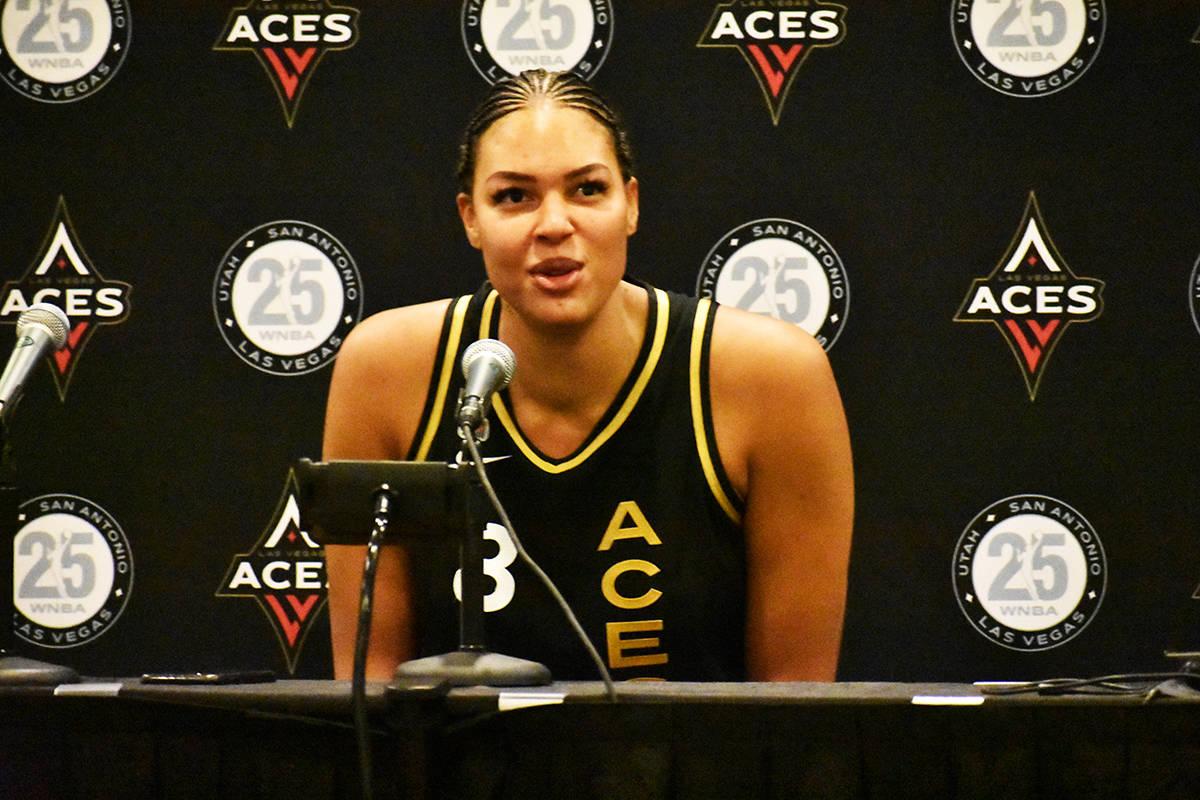 La jugadora de Las Vegas Aces, Liz Cambage, habla con los medios de comunicación luego del tri ...