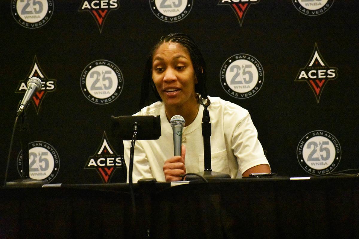 La jugadora de Las Vegas Aces, A'ja Wilson, habla con los medios de comunicación luego del tri ...