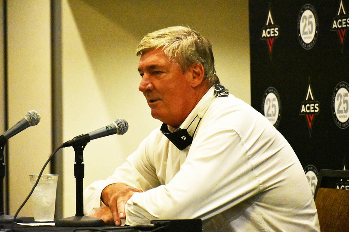 El entrenador de Las Vegas Aces, Bill Laimbeer, habla con los medios de comunicación luego del ...