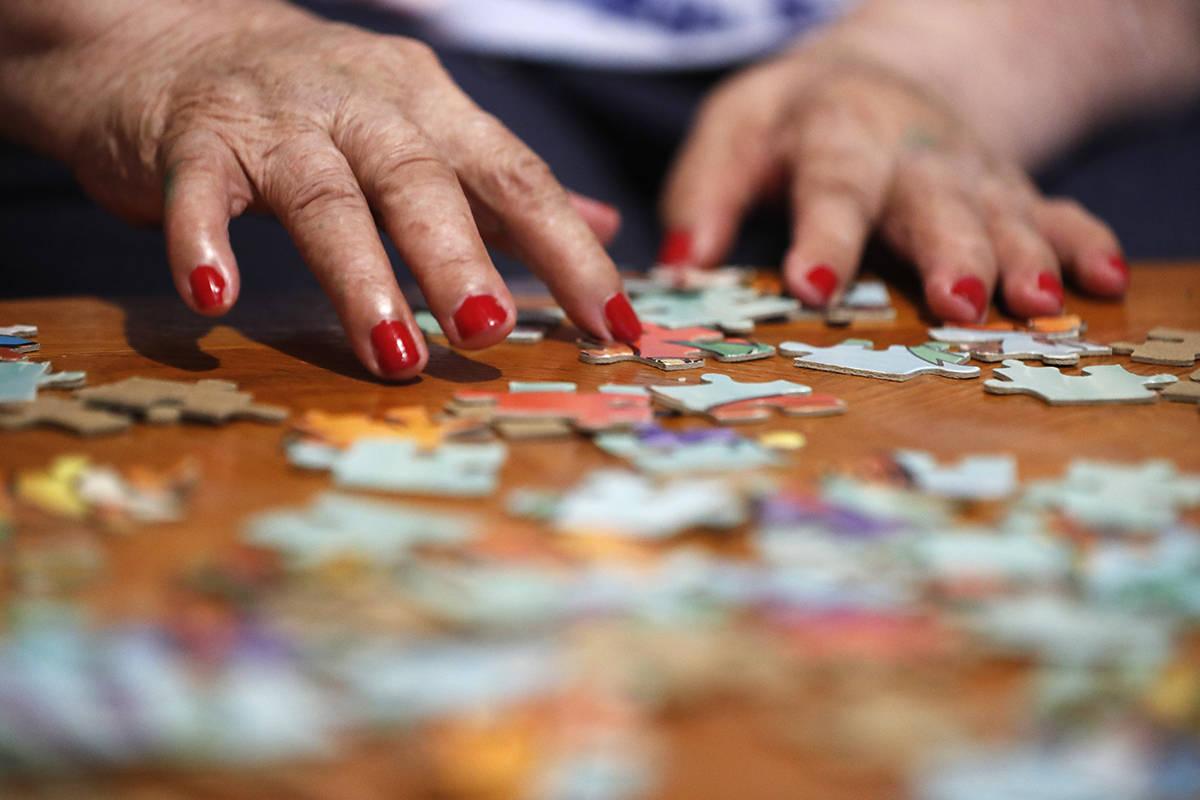 En esta foto de archivo, Francisca Pérez, de 84 años, reorganiza las piezas del rompecabezas, ...