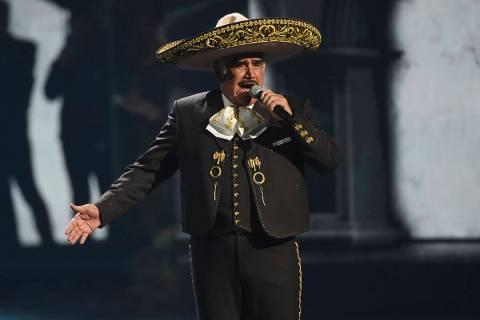 Vicente Fernández realiza un popurrí en la XX edición de los Premios Grammy Latinos el 14 de ...