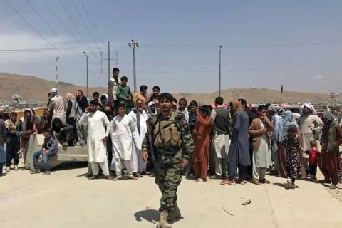 Cientos de personas se reúnen fuera del Aeropuerto Internacional en Kabul, Afganistán, el mar ...