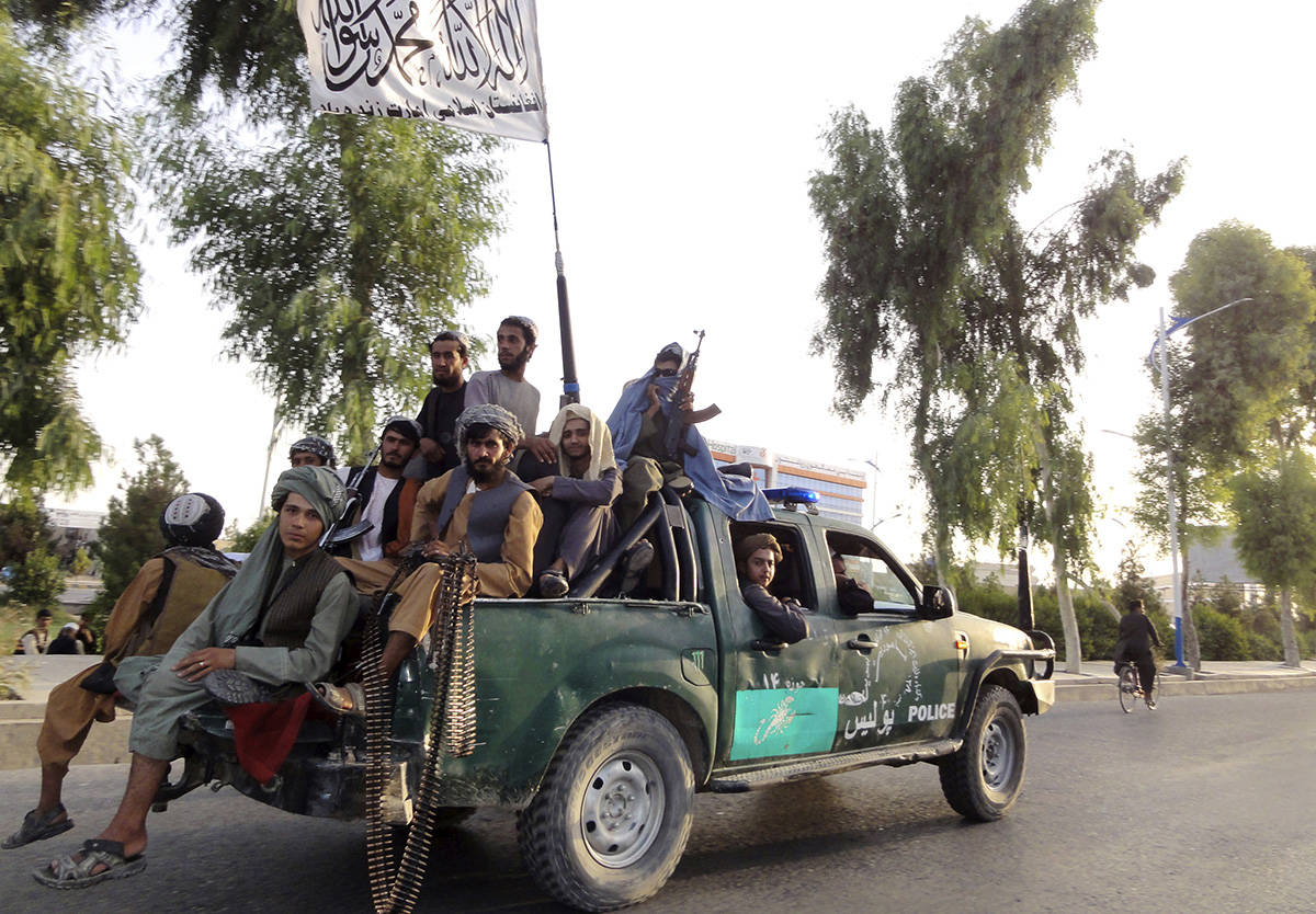 Combatientes talibanes patrullan dentro de la ciudad de Kandahar, en el suroeste de Afganistán ...