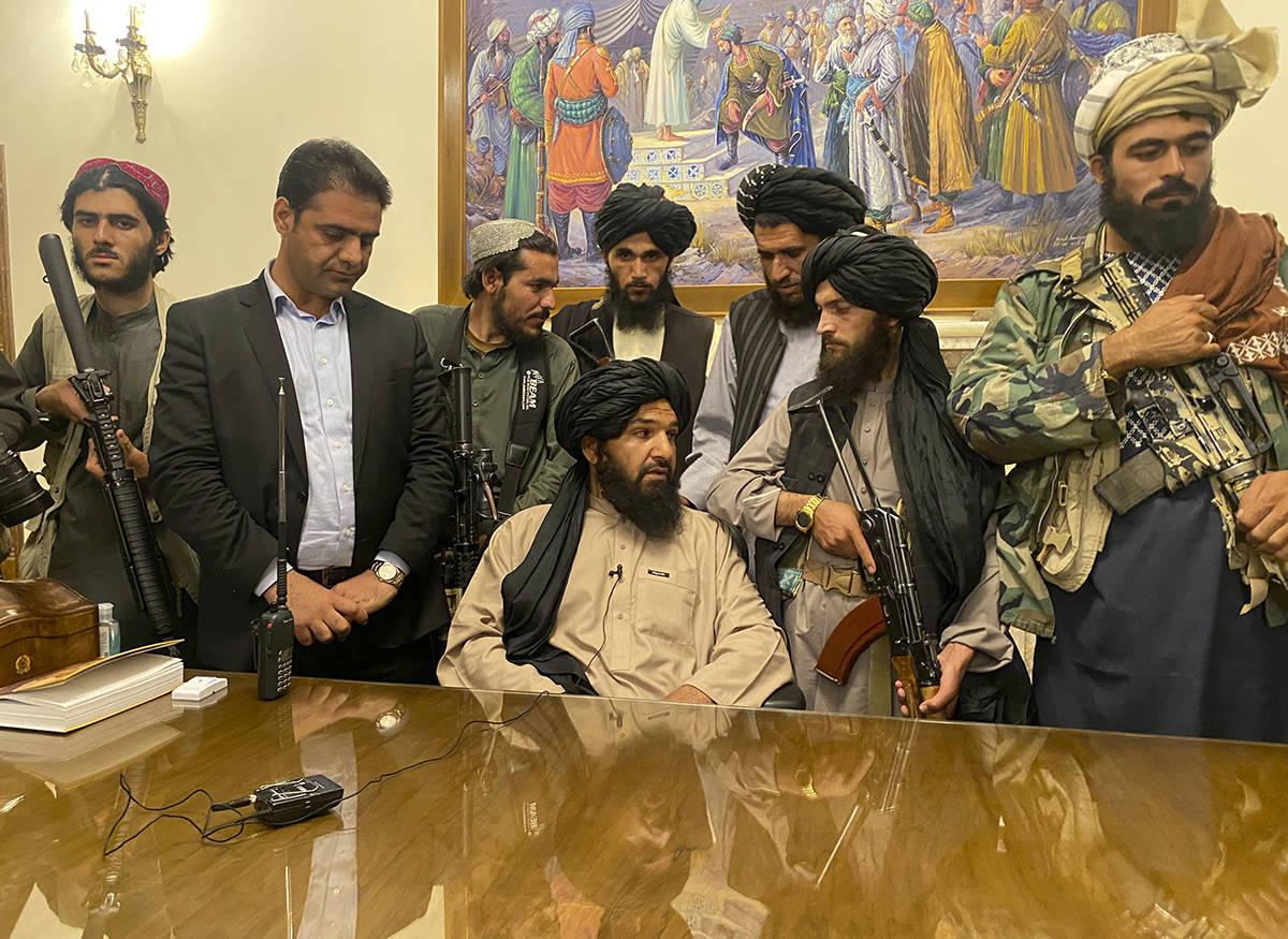Los combatientes talibanes toman el control del palacio presidencial afgano después de que el ...
