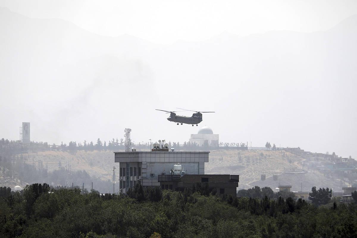 Un helicóptero Chinook de Estados Unidos sobrevuela la Embajada de Estados Unidos en Kabul, Af ...